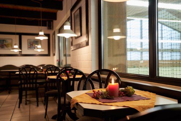 Cafeteria mit Blick auf die Plätze